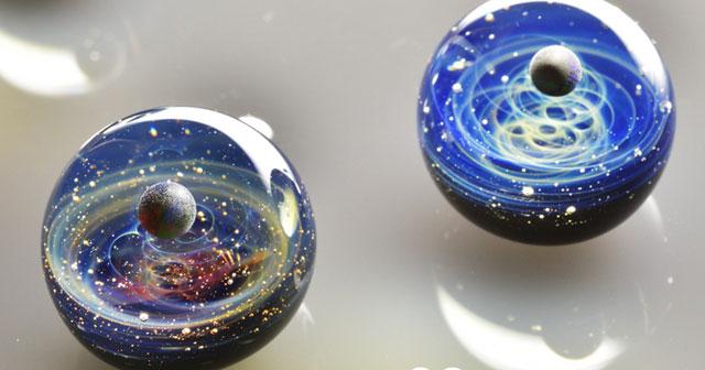 ガラスに閉じ込められた宇宙を身にまとう 「宇宙ガラス」に魅了される Grape グレイプ