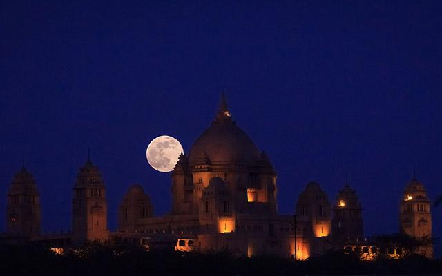 建物の灯りと月の光