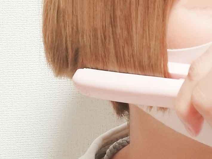 キャンドゥのヘアアイロンで髪をセット中