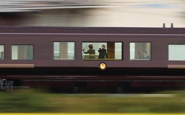 お召し列車にご乗車する天皇陛下...