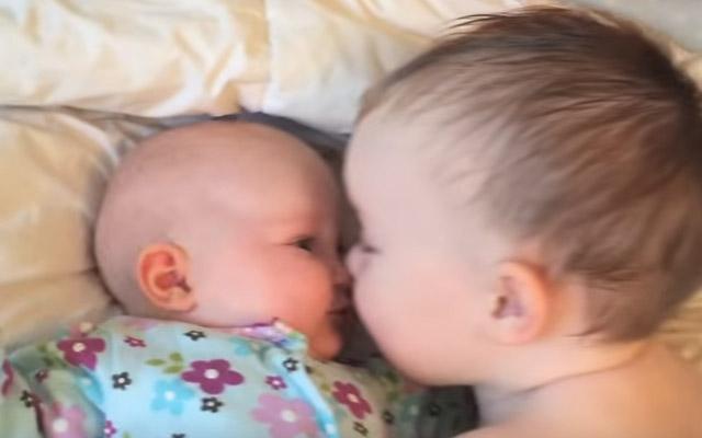 泣く赤ちゃんをあやすのは、まだ赤ちゃんの兄 ハッピーをくれる映像 ...