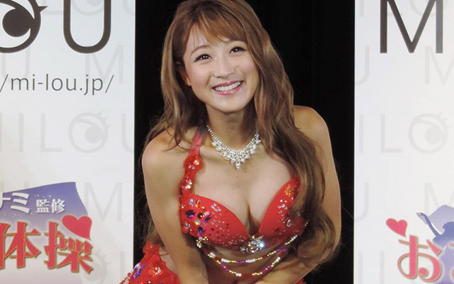 胸元を強調するの鈴木奈々さん