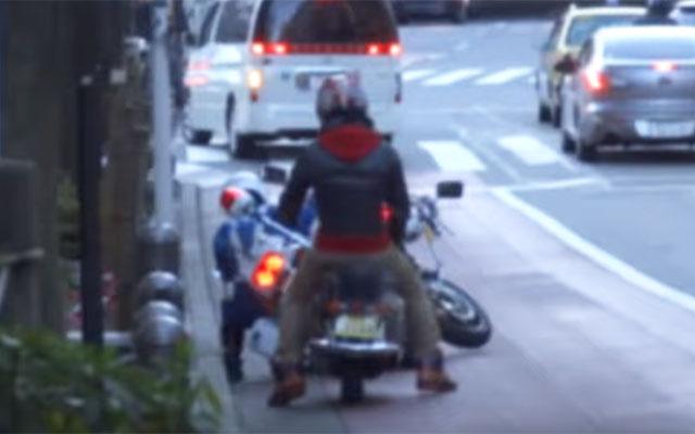 画像 違反者を止めた『白バイ』がまさかの転倒 見ていた通行人が?