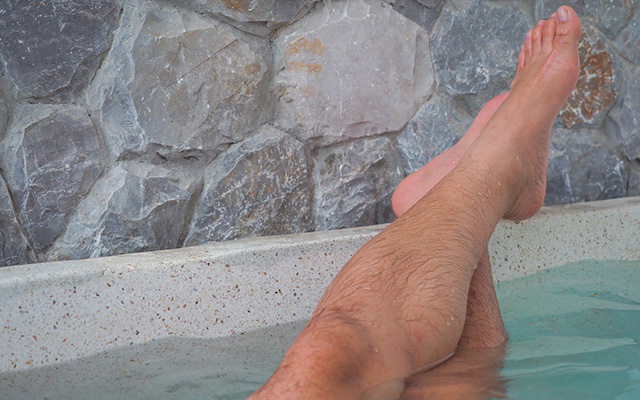 癒しの温泉にマッチョ男子 シュールな動画にネット民ざわつく