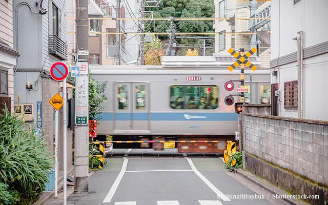 踏切待ちしていたら腰抜けた!「電車じゃないモノが通過して行った」