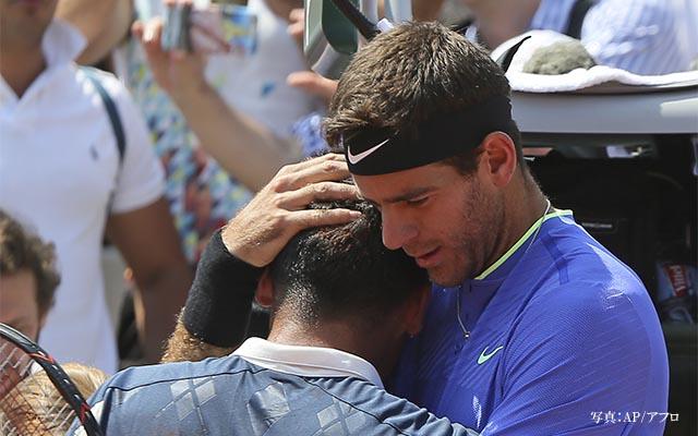 ケガで動けなくなったテニス選手が号泣 すると、胸が熱くなる光景が