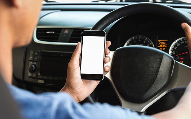 「スマホ運転」の画像検索結果