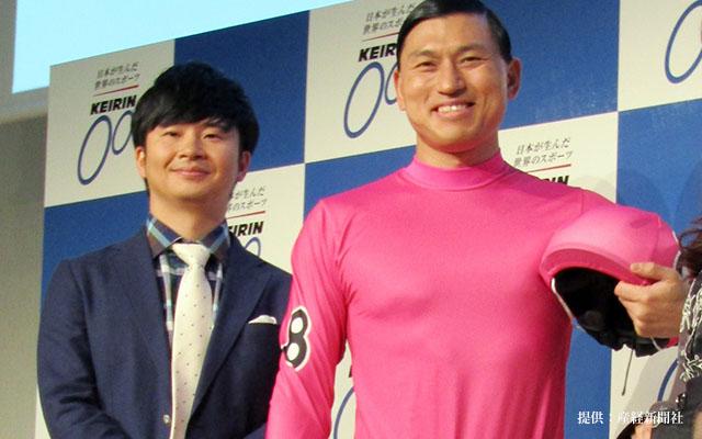 ピンクの競輪のユニフォームを着ている春日のお笑いコンビ「オードリー」の画像