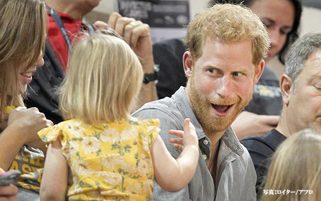 ヘンリー王子がポップコーンを子...