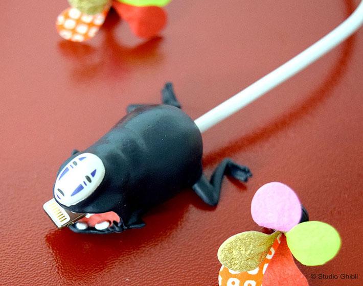 ケーブルカバーとは、携帯電話などの充電器のケーブルに取り付けて使用するアクセサリー。可愛いだけでなく、ケーブルの断線予防にもなる実用的なアイテムです。