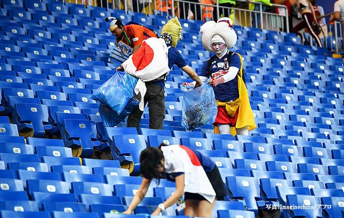 W杯敗退後、泣きながらゴミ拾いをする日本人サポーター 海外から「リスペクト!」の声