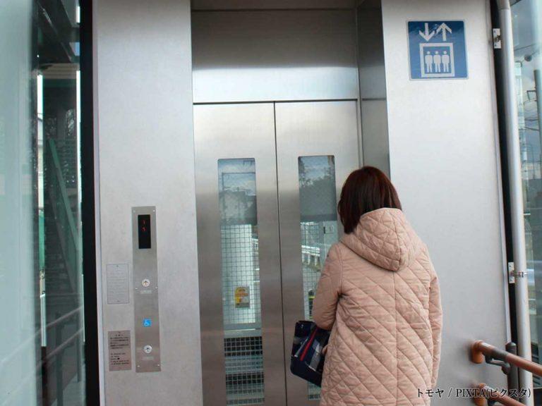 エレベーターに急いで乗った女性 サラリーマンの『捨て台詞』に ...