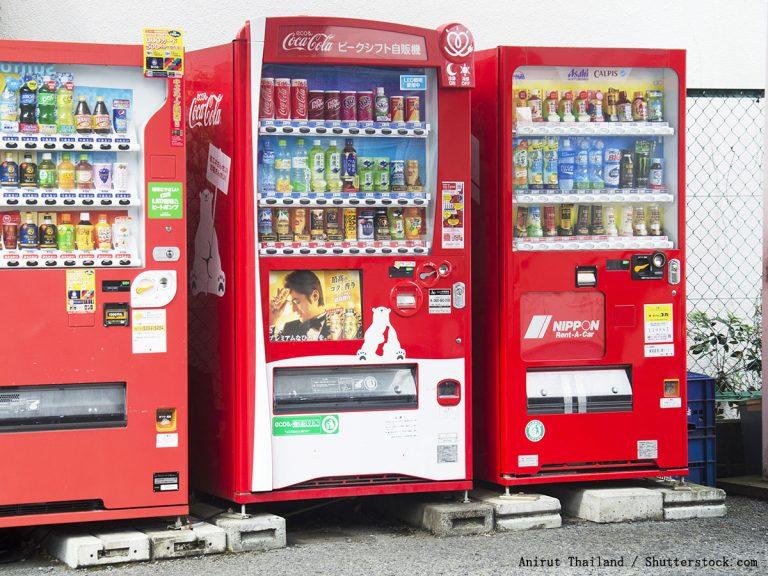 石見銀山』で見かけたコカ・コーラの自販機 「完全に町と同化してる ...
