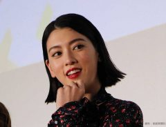 三吉彩花、猫とじゃれ合う動画を投稿!ファン「そこ代わって!」とヤキモチ