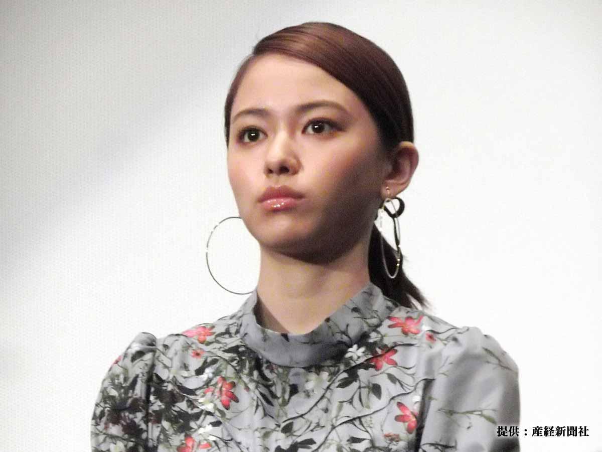 山本舞香、「抱きつきたいくらいかわいい」ミニスカ制服姿を公開!