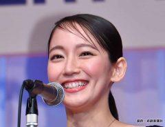 吉岡里帆、美デコルテ&二の腕露出でファン魅了!「透けてしまいそう…」な姿が話題に