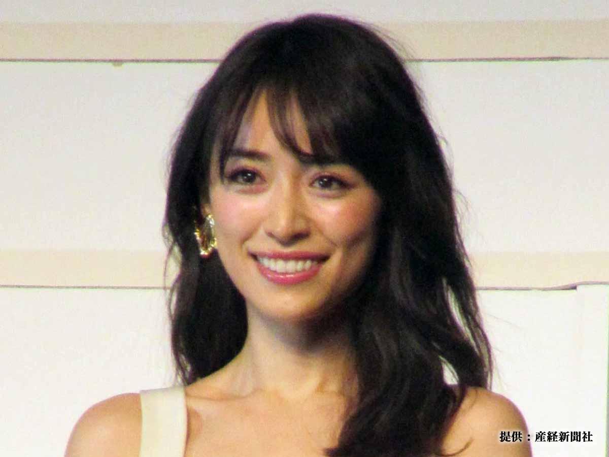 泉里香、色気ムンムンな美脚&表情でファン魅了!「まさにミューズ…」なショットに注目