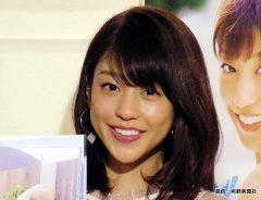 岡副麻希、白ミニワンピで美脚露出 「好きなタイプは?」に対する回答が「かわいい」と話題