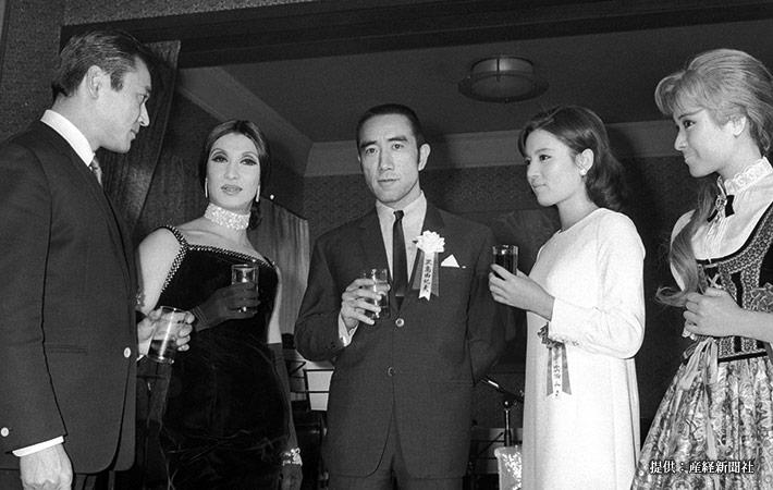 (左から)俳優の天地茂、美輪明宏、三島由紀夫 1968年