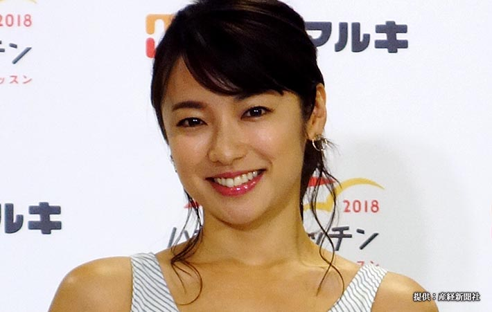 「ハナマルキッチン2018」の記者発表会に出席し、調理した料理を披露する女優の内山理名