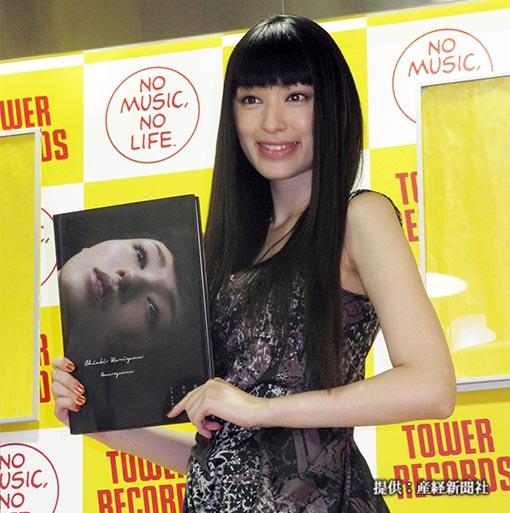 写真集「羽化ーEmergence」の発売記念イベントを行った女優の栗山千明
