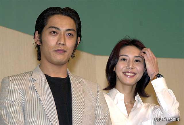 結婚会見を開いた反町隆史さんと松嶋菜々子さん 2001年
