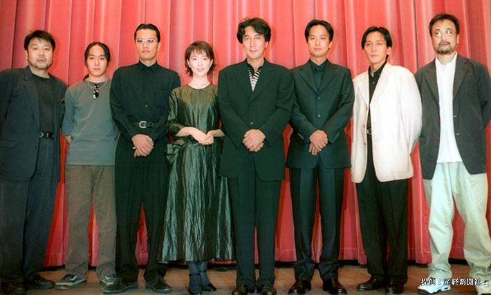 (左から)原田眞人監督、遊人、遠藤憲一、若村麻由子、役所広司、椎名桔平、矢島健一、中村育児  1999年