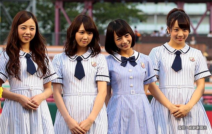 プロ野球楽天対日本ハム 試合前、グラウンドに登場した乃木坂46の川村真洋(左)、北野日奈子(左から3人目)