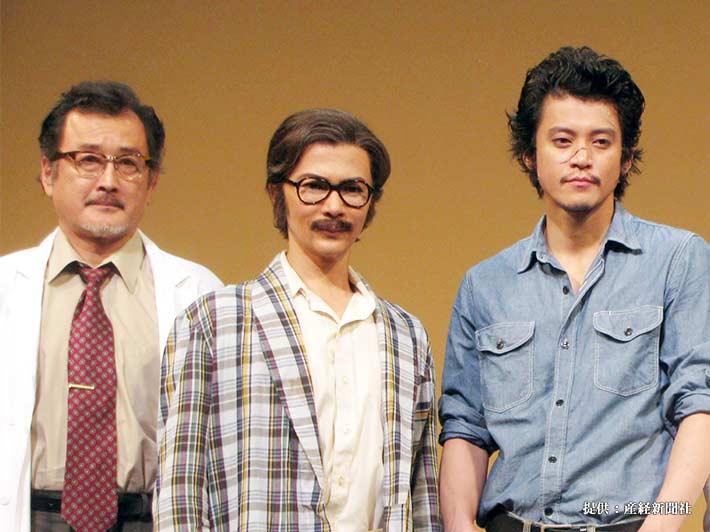 左から吉田鋼太郎、武田真治、小栗旬 2014年