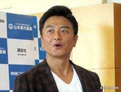 初の全裸デジタル写真集「〝愛〟シリーズ」の発売会見に前代未聞の全裸で臨んだ俳優の原田龍二