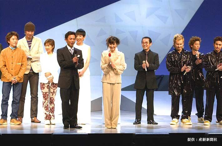 挨拶する恵俊彰(手前・左)と鈴木杏樹(手前・右) 2002年