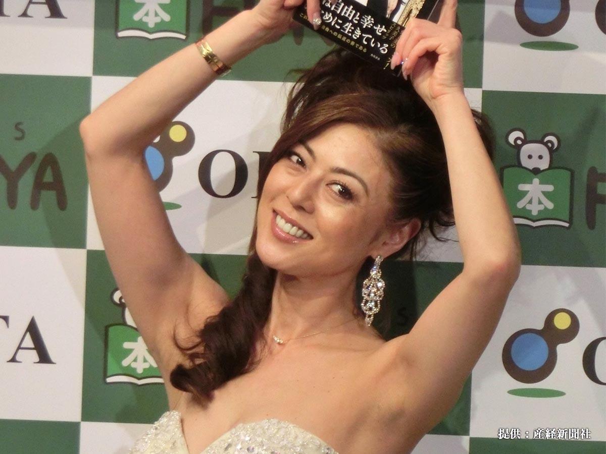 著書「KUMIKO BIBLE」の発売記念サイン会を開き、離婚の進展状況を笑顔で報告したタレントの武田久美子