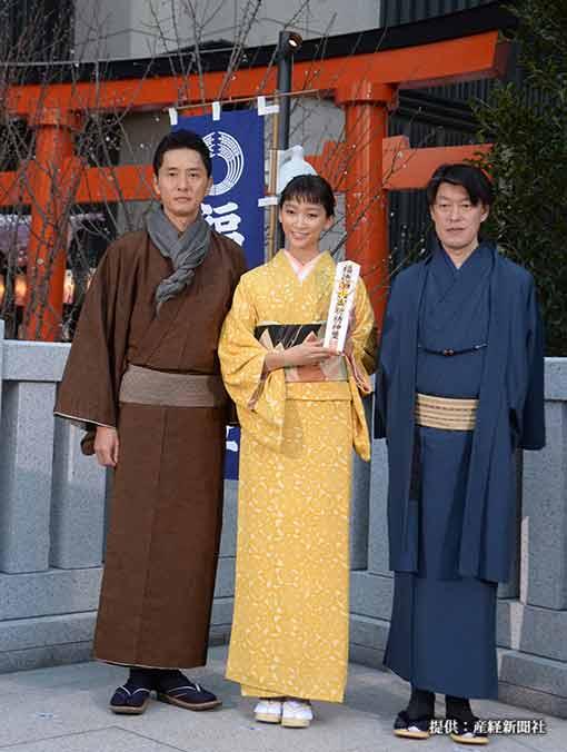 (左から)松重豊、杏、原恵一監督 2015年