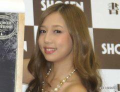2014年カレンダーの発売記念イベントを開催した丸高愛実さん 2013年