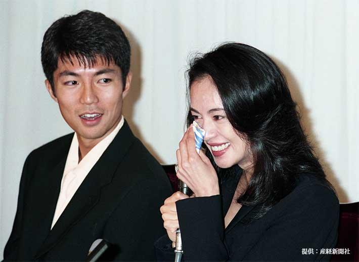 結婚会見を行った仲村トオルと鷲尾いさ子 1995年