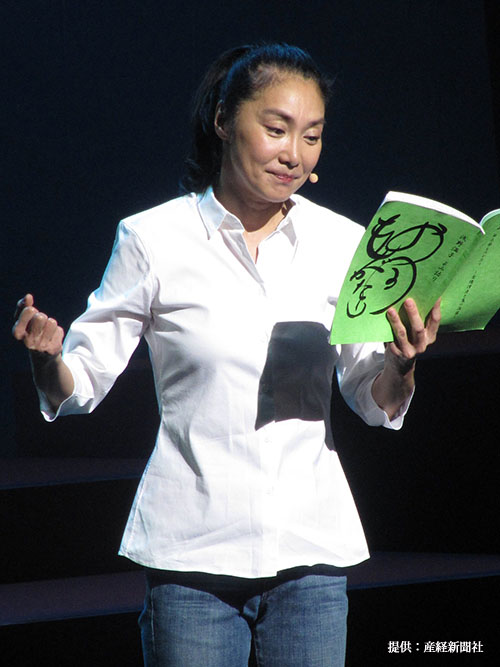 朗読劇『キミに贈る物語~観て聴いて・心に感じるお話集~』の公開けいこを行う浅野温子