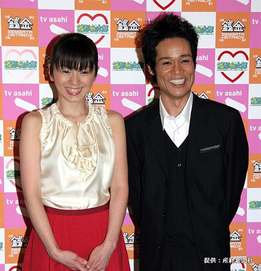 結婚会見中、幸せそうな笑顔を見せるタレントの渡辺満里奈(左)と、お笑いトリオ、ネプチューンの名倉潤