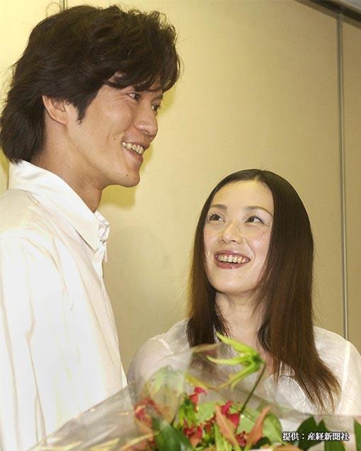 入籍発表で夫の俳優、田辺誠一(左)を笑顔で見つめる女優、大塚寧々 =東京・虎ノ門