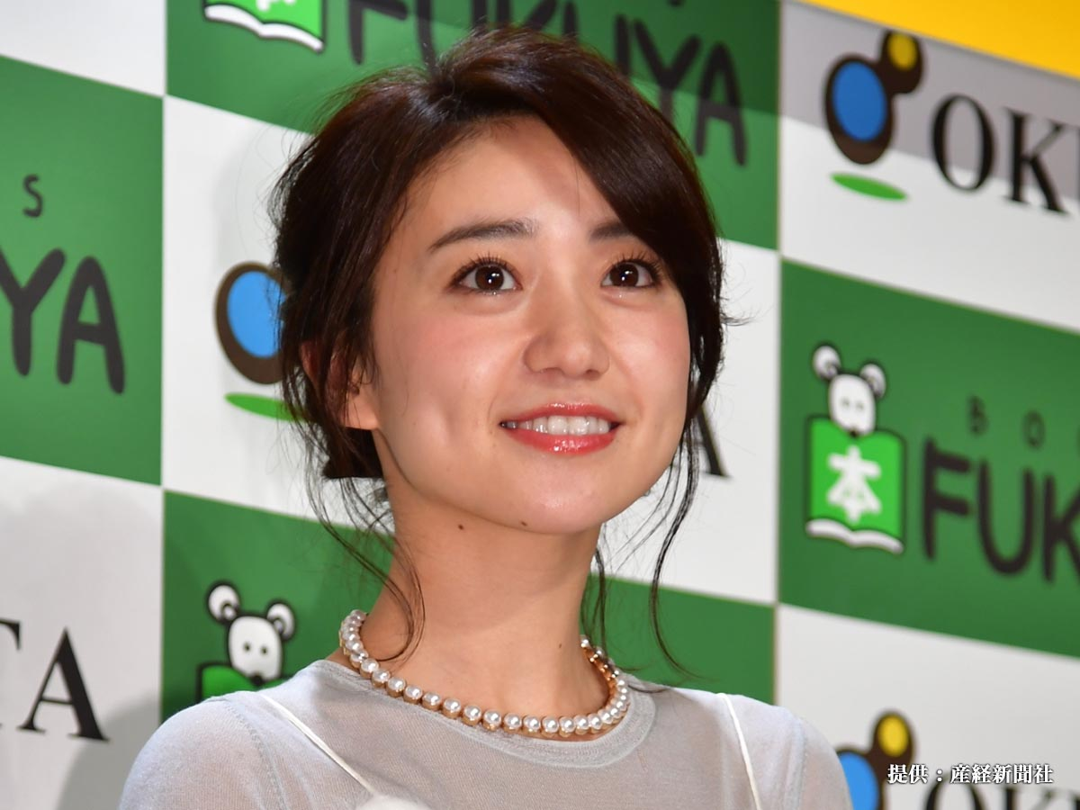 『YUKO OSHIMA×VOICE 2017 CALENDER』の発売を記念し、フォトセッションにおさまる大島優子