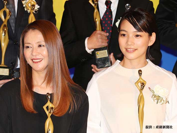 左から小泉今日子、能年玲奈 2013年