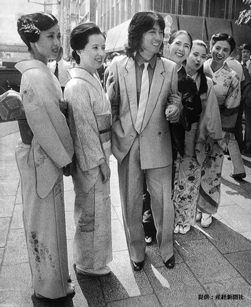 中央は沢田研二。左から叶和貴子、八千草薫、いしだあゆみ、風吹ジュン、朝加真由美 1979年