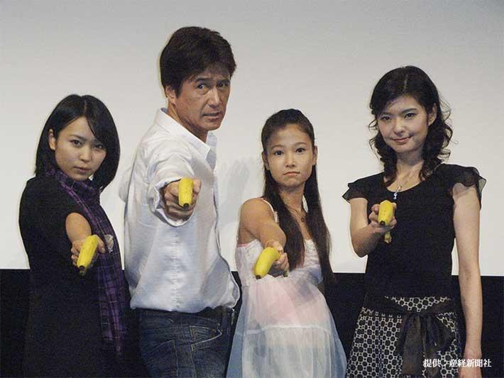 映画『0093 女王陛下の草刈正雄』の完成披露試写会に出席した草刈正雄(左から2番目)と草刈麻有(右から2番目)