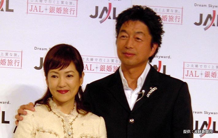 JAL銀婚旅行ベストカップル2004に選ばれた俳優の中村雅俊、五十嵐淳子夫妻