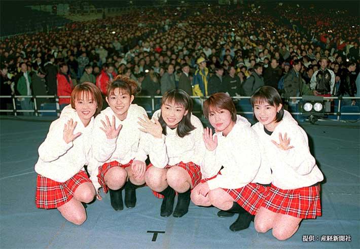 握手会を行った(左から)中澤裕子、石黒彩、飯田圭織、福田明日香、安倍なつみ 1998年