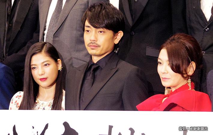 映画『たたら侍』の初日舞台挨拶(左から)E-girlsの石井杏奈、青柳翔、田畑智子 2017年