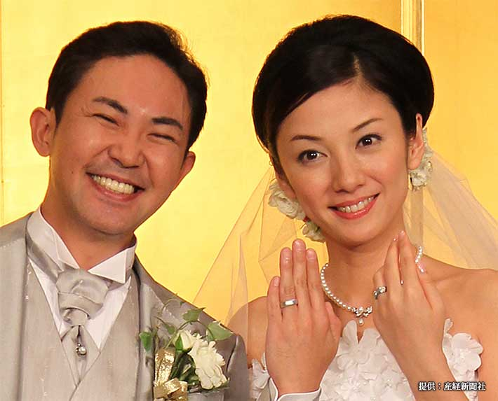 結婚式披露宴後の会見で指輪を見せる国分佐智子と林家三平 2011年