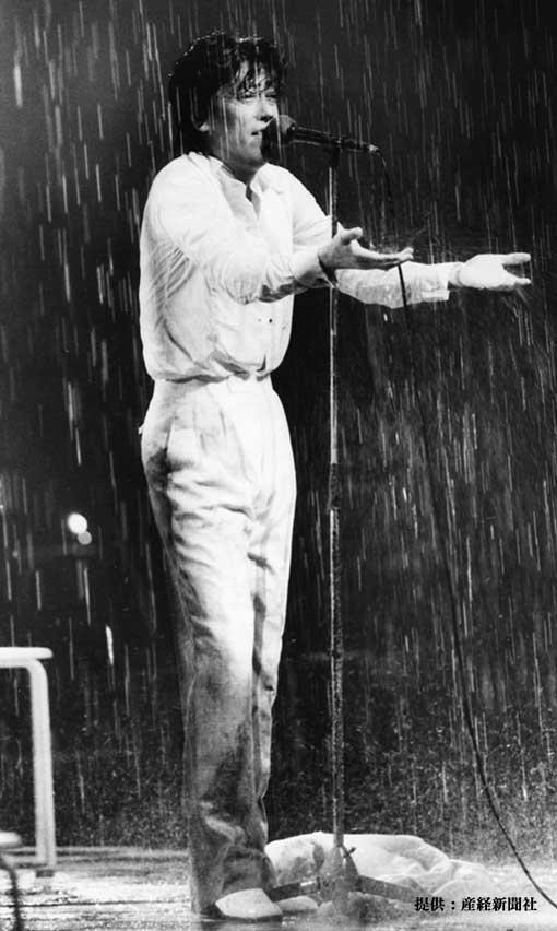 人工雨にうたれながら歌う沢田研二 1985年
