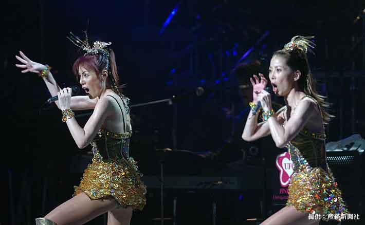 ピンク・レディー再結成ツアーファイナル公演 「ウォンテッド」を華麗に踊るピンク・レディーの未唯(左)と増田恵子