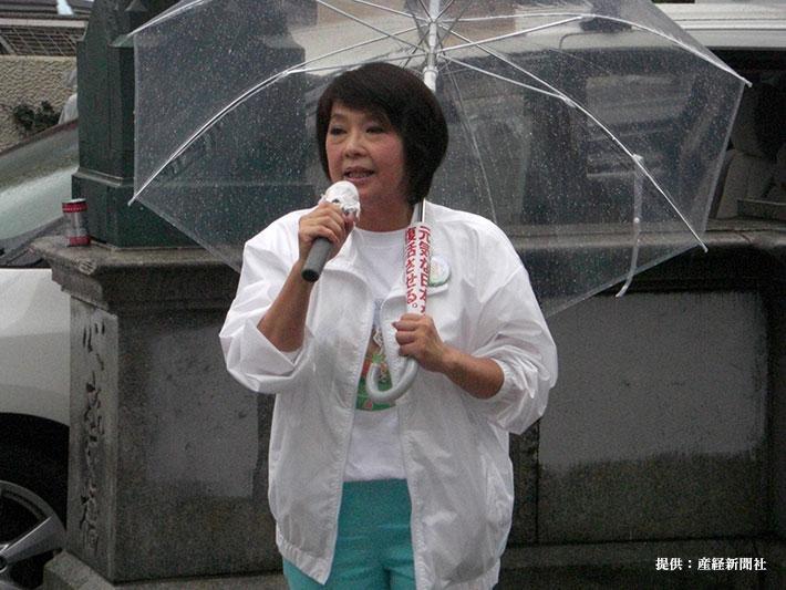 2010参院選で街頭演説中の岡崎友紀さん