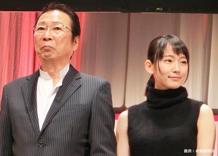 映画『つむぐもの』完成報告舞台あいさつにのぞむ石倉三郎さん(左)と吉岡里帆さん(右)